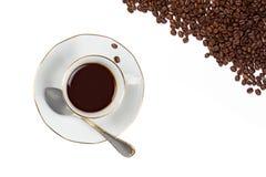 Filiżanka z Coffe fasolami odizolowywać na bielu Fotografia Stock