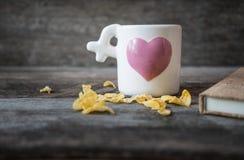 Filiżanka z coffee/miłości filiżanką na drewnianym tle Fotografia Stock