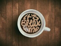 Filiżanka z czasu literowaniem, motywacj wycena o czasie, budzący, prawy moment Realistyczna czarna kawa na brązie Zdjęcie Stock