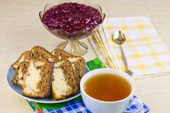 Filiżanka z gorącą herbatą, tortami i wazą z kucharstwem, Fotografia Stock