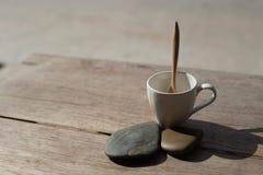 Filiżanka z herbacianą łyżką na kamiennym tle Fotografia Stock