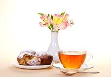 Filiżanka z herbatą, łyżką i babeczkami na naczyniu, Zdjęcia Stock