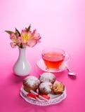 Filiżanka z herbatą, łyżką i babeczkami na naczyniu, Zdjęcia Royalty Free