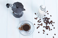 Filiżanka z kawą, cukierem i mlekiem, Fotografia Royalty Free