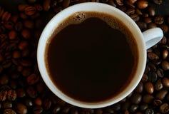 Filiżanka z kawą na tło kawowych fasolach Obrazy Royalty Free