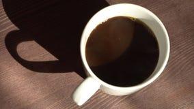 Filiżanka z kawa kosztami na stole zdjęcie wideo