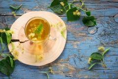 Filiżanka z lipową herbatą i kwiatami pojęcie traktowanie grypa i zimno zdjęcie stock