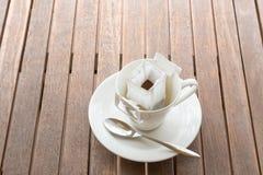 Filiżanka z pakującą kawą na lesistym stole Fotografia Royalty Free