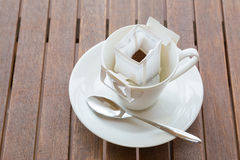 Filiżanka z pakującą kawą na lesistym stole Obrazy Royalty Free