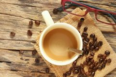 Filiżanka z Piec kawowymi fasolami obrazy royalty free