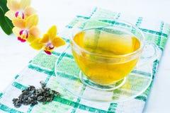 Filiżanka zielona herbata na zielonej w kratkę pielusze Obraz Royalty Free