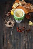 Filiżanka zielona herbata z cytryną, imbirem i cynamonem, Obraz Royalty Free