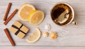 Filiżanka ziołowa herbata i prezenta pudełko na drewnianym tle Odgórny widok Zdjęcie Stock