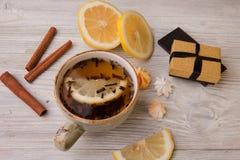 Filiżanka ziołowa herbata i prezenta pudełko na drewnianym tle Odgórny widok Zdjęcia Royalty Free