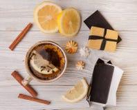 Filiżanka ziołowa herbata i prezenta pudełko na drewnianym tle Odgórny widok Fotografia Royalty Free