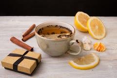 Filiżanka ziołowa herbata i prezenta pudełko na drewnianym tle z bliska Zdjęcie Royalty Free