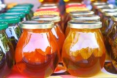 Filiżanka ziołowa herbata z świeżą mennicą, miód, cytryna, imbir na nieociosanym białym drewnianym tle Odgórny widok, kopii przes Obraz Royalty Free