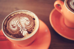 Filiżanki cappuccino kawa na ciemnego brązu drewnie Zdjęcie Stock