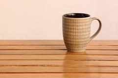 filiżanki drewniany stołowy Fotografia Stock