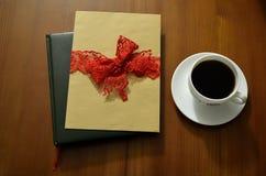 filiżanki drewniany stołowy Książki i stos listy w tle Zdjęcia Royalty Free