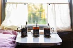 Filiżanki herbata na stole w pociągu fotografia royalty free