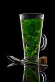 Filiżanki herbata z mennicą odizolowywającą na czarnym tle Zdjęcie Royalty Free