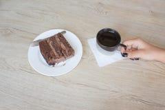 Filiżanki i czekoladowego torta onon drewniany stół Zdjęcie Stock