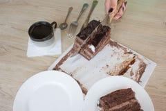 Filiżanki i czekoladowego torta onon drewniany stół Zdjęcia Royalty Free