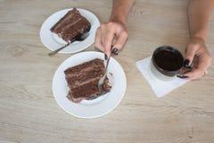 Filiżanki i czekoladowego torta onon drewniany stół Zdjęcie Royalty Free