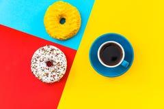 Filiżanki i pączka minimalistic kolorowy projekt Obraz Stock