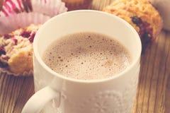 Filiżanki kakao z dojnymi i domowej roboty czarnymi jagodowymi muffins zdjęcia stock