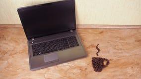 Filiżanki kawy fasole z laptopem Na kuchennym marmuru stole znak filiżanki kawy fasole i laptop zdjęcie wideo