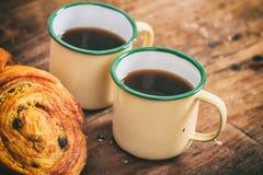 Filiżanki kawy i croissants na drewnianej powierzchni obraz royalty free