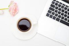 Filiżanki kawy i laptopu klawiatura na białym tle Mieszkanie nieatutowy Zdjęcie Stock