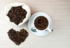 Filiżanki kawy, kawowych fasoli serca, gorącej i wyśmienicie kawa, Obraz Royalty Free