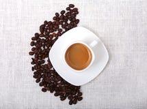 Filiżanki kawy kawy i kawy espresso beens na białym tle, ranku śniadanie, selekcyjna ostrość Zdjęcia Stock