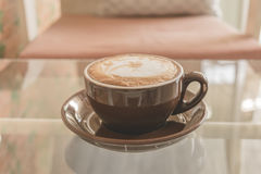 Filiżanki kawy latte na stole w sklep z kawą, rocznika filtra skutek Zdjęcia Royalty Free
