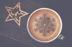 Filiżanki kawy latte sztuka na drewno stole Piankowa forma gwiazda i zaleca się Fotografia Stock