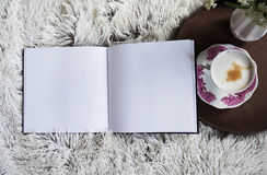 Filiżanki kawy nagrzanie w łóżku Obraz Stock