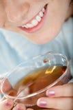 filiżanki kobieta uśmiechnięta herbaciana Obrazy Stock
