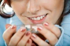 filiżanki kobieta uśmiechnięta herbaciana Zdjęcia Royalty Free
