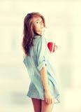 filiżanki opatrunkowy dziewczyny togi ranek biel zdjęcia stock