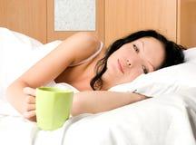 filiżanki piękna łóżkowa kobieta Zdjęcie Royalty Free