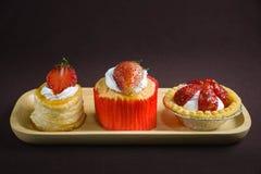 Filiżanki tortowa truskawka z vol au wentylaci truskawką i mini ciastkami Obrazy Royalty Free