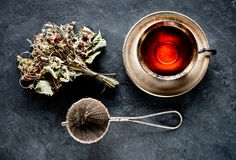 Filiżanki ziołowa herbata i wysuszone truskawkowe jagody Obrazy Stock