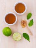 Filiżanki ziołowa herbata z aromatyczny ziołowym z cytryną, wapno zdjęcie royalty free