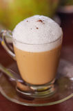 Filiżanka cappuccino na drewnianym stole Zdjęcia Royalty Free