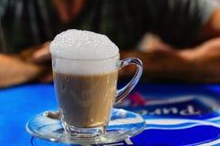 Filiżanka Cappuccino na stole Obrazy Royalty Free