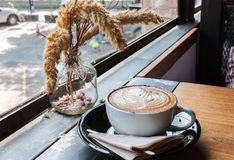 Filiżanka cappucino na drewnianym stole fotografia stock