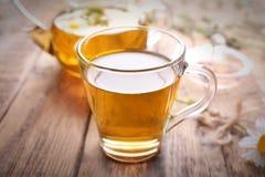 Filiżanka chamomile herbata na tle Fotografia Stock